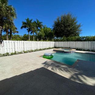 Foto de piscina tradicional, grande, en patio trasero, con adoquines de piedra natural