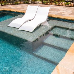 Modelo de casa de la piscina y piscina alargada, de estilo americano, grande, rectangular, en patio lateral, con adoquines de piedra natural