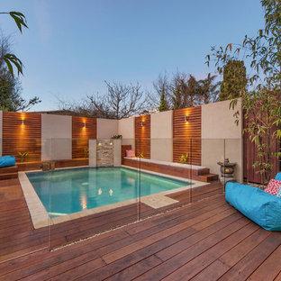 Cette photo montre une piscine sur une terrasse en bois arrière asiatique rectangle et de taille moyenne.