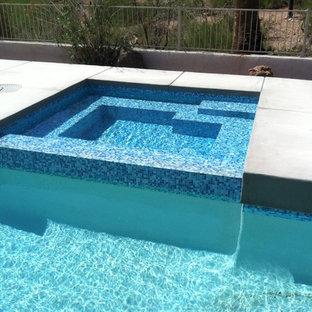 Ejemplo de piscinas y jacuzzis alargados, vintage, grandes, rectangulares, en patio trasero, con suelo de hormigón estampado