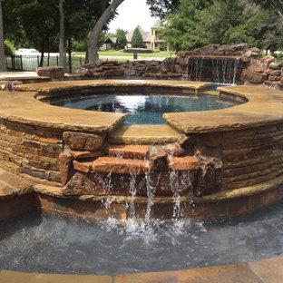 Réalisation d'un couloir de nage arrière craftsman de taille moyenne et sur mesure avec un bain bouillonnant.