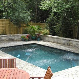 Foto de piscina con fuente alargada, clásica, pequeña, rectangular, en patio trasero, con adoquines de hormigón