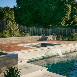 Immagine di una piscina minimal dietro casa con una vasca idromassaggio