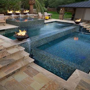 Foto de piscina infinita, contemporánea, de tamaño medio, rectangular, en patio trasero, con adoquines de piedra natural