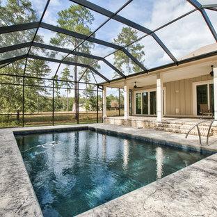 Diseño de casa de la piscina y piscina alargada, tradicional renovada, grande, interior y rectangular, con losas de hormigón
