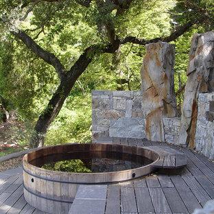 Ejemplo de piscinas y jacuzzis elevados, actuales, de tamaño medio, redondeados, en patio trasero, con gravilla