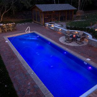 Idee per una grande piscina monocorsia classica rettangolare dietro casa con pavimentazioni in mattoni