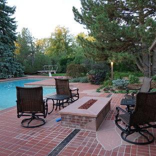 Modelo de piscina vintage, grande, a medida, en patio trasero, con adoquines de ladrillo