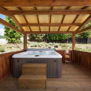 Ispirazione per una piscina minimal con una vasca idromassaggio e pedane