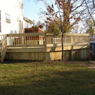 Diseño de piscina elevada, actual, pequeña, redondeada, en patio trasero, con entablado