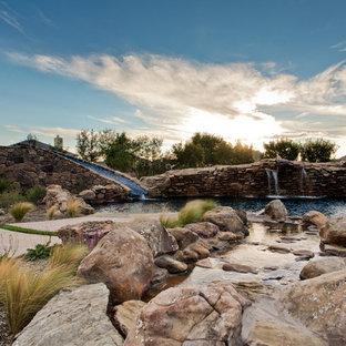 Exotisk inredning av en stor baddamm, med vattenrutschkana