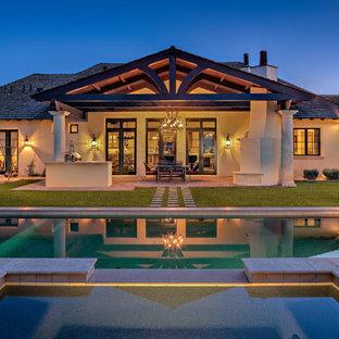 Imagen de piscinas y jacuzzis tradicionales, grandes, rectangulares, en patio trasero, con adoquines de piedra natural