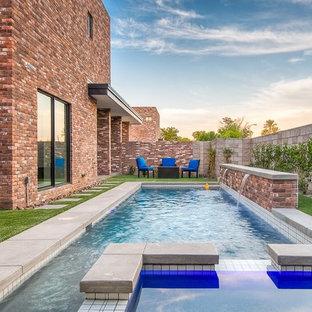 Foto de piscinas y jacuzzis naturales, modernos, de tamaño medio, rectangulares, en patio trasero, con losas de hormigón
