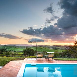 Ispirazione per una piscina monocorsia mediterranea rettangolare di medie dimensioni e dietro casa con una dépendance a bordo piscina