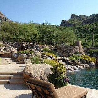 Diseño de piscina con fuente natural, actual, extra grande, a medida, en patio, con adoquines de piedra natural
