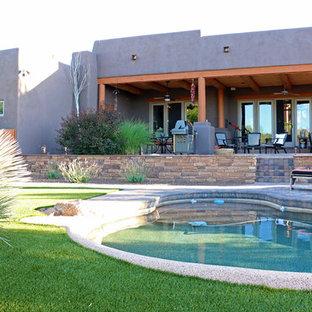 フェニックスの大きいオーダーメイドサンタフェスタイルのおしゃれなプール (レンガ敷き) の写真