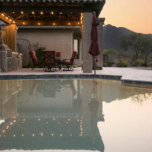 Foto de piscinas y jacuzzis naturales, de estilo americano, grandes, a medida, en patio trasero, con adoquines de hormigón