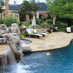 Diseño de piscina con fuente tradicional renovada, grande, a medida, en patio trasero, con adoquines de piedra natural
