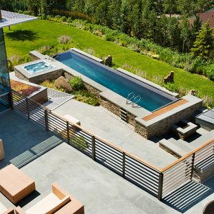 Aménagement d'un grand couloir de nage arrière contemporain rectangle avec un bain bouillonnant.