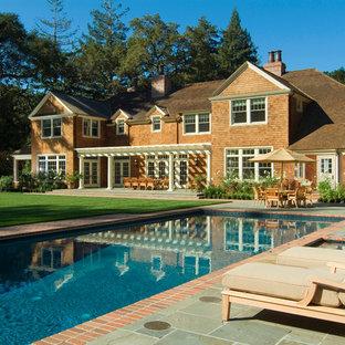 サンフランシスコの中サイズの長方形ヴィクトリアン調のおしゃれな裏庭プール (レンガ敷き) の写真