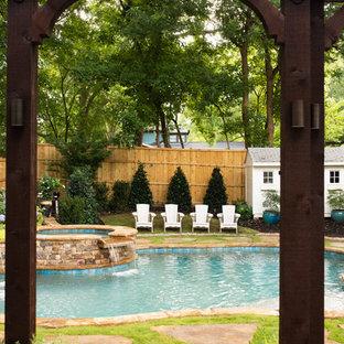 Foto de piscina de estilo americano, pequeña, tipo riñón, en patio trasero