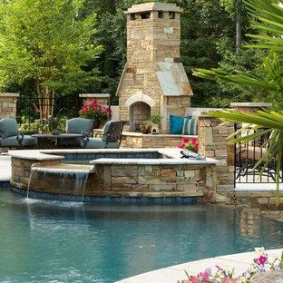 Ejemplo de piscinas y jacuzzis infinitos, clásicos renovados, grandes, a medida, en patio trasero, con suelo de baldosas