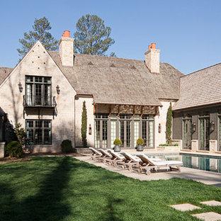 Diseño de piscinas y jacuzzis alargados, tradicionales renovados, grandes, rectangulares, en patio trasero, con adoquines de piedra natural