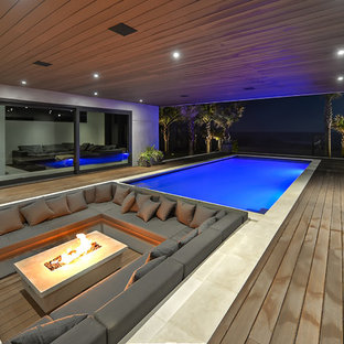 Foto de piscina infinita, actual, de tamaño medio, rectangular, en patio, con entablado