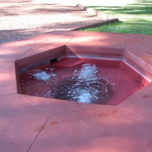 Foto de piscinas y jacuzzis alargados, vintage, extra grandes, rectangulares, en patio lateral, con losas de hormigón