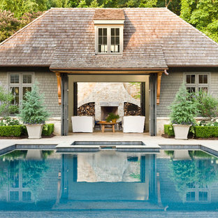 Imagen de casa de la piscina y piscina clásica, rectangular, en patio trasero
