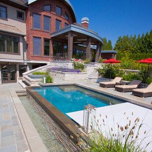 Diseño de piscina con fuente infinita, contemporánea, rectangular, en patio lateral