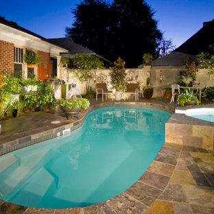 Diseño de piscinas y jacuzzis vintage, de tamaño medio, tipo riñón, en patio trasero, con suelo de baldosas