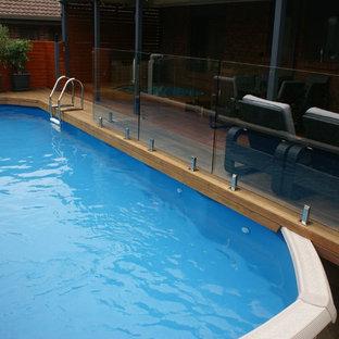 Esempio di una piccola piscina fuori terra moderna rotonda dietro casa con pedane