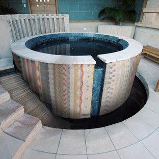Modelo de piscinas y jacuzzis naturales, bohemios, de tamaño medio, redondeados, en patio trasero, con adoquines de piedra natural