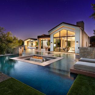 Imagen de piscina con fuente contemporánea, a medida, en patio trasero, con entablado