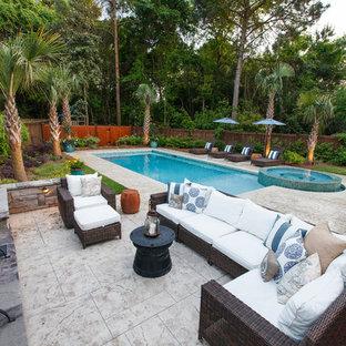 Modelo de piscinas y jacuzzis contemporáneos, grandes, rectangulares, en patio trasero, con suelo de hormigón estampado
