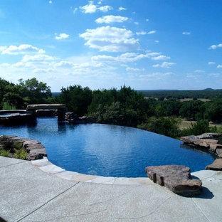 Imagen de piscina con fuente elevada, retro, de tamaño medio, a medida, en patio lateral, con suelo de hormigón estampado