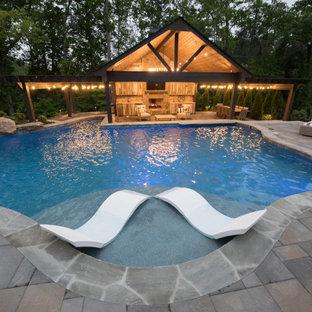 Diseño de piscina natural, tropical, extra grande, a medida, en patio trasero, con adoquines de ladrillo