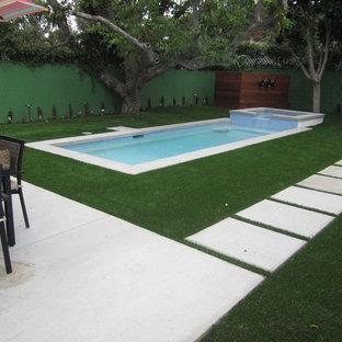 Imagen de piscinas y jacuzzis alargados, modernos, pequeños, rectangulares, en patio trasero, con adoquines de hormigón