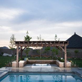 Foto de piscinas y jacuzzis alargados, tradicionales renovados, grandes, rectangulares, en patio trasero, con adoquines de hormigón