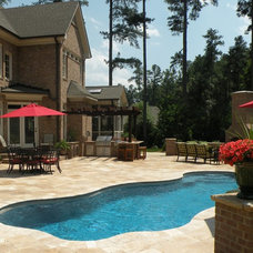 Traditional Pool by EMK CONSTRUCTION, INC.