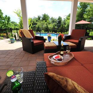 Imagen de piscinas y jacuzzis tradicionales, de tamaño medio, a medida, en patio trasero, con adoquines de hormigón