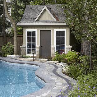 Modelo de piscina con fuente natural, actual, grande, a medida, en patio trasero, con adoquines de ladrillo