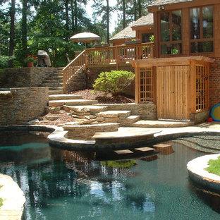 Imagen de piscinas y jacuzzis elevados, de estilo americano, de tamaño medio, a medida, en patio trasero, con adoquines de piedra natural