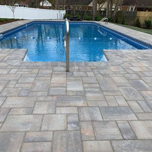 Imagen de piscina natural, tradicional renovada, de tamaño medio, rectangular, en patio trasero, con adoquines de hormigón