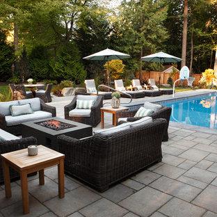 Imagen de piscinas y jacuzzis alargados, actuales, grandes, rectangulares, en patio trasero, con adoquines de hormigón