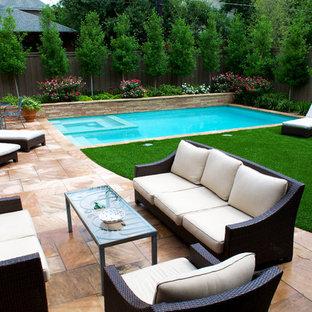 Foto de piscinas y jacuzzis clásicos renovados, pequeños, rectangulares, en patio trasero, con adoquines de piedra natural