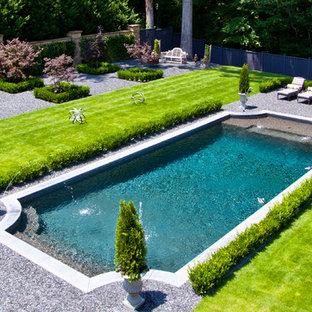 Ispirazione per una piscina chic rettangolare con ghiaia