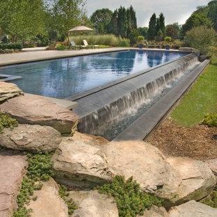 На фото: бассейн-инфинити в современном стиле с