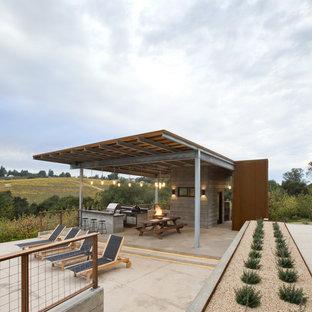 Modelo de casa de la piscina y piscina alargada, minimalista, grande, rectangular, en patio trasero, con gravilla